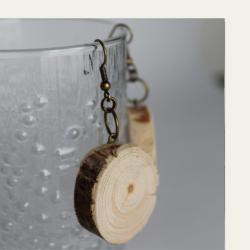 Kotimaisena käsityönä valmistetut mänty puukorvakorut