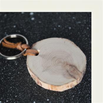 Kotimaisena käsityönä valmistettu kataja avaimenperä