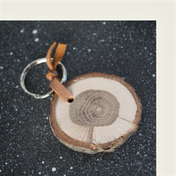 Kotimaisena käsityönä valmistettu tammi avaimenperä