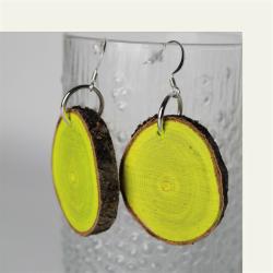 Kotimaisena käsityönä valmistetut keltaiset tataarivaahtera puukorvakorut