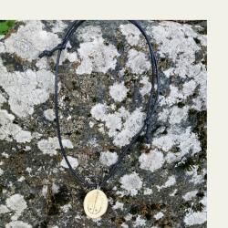 Tämä kataja puukaulakoru on kotimaista käsityötä