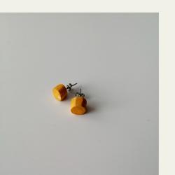 Kotimaisena käsityönä valmistetut intiankeltaiset omena puukorvakorut