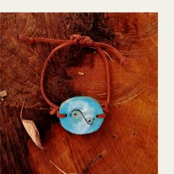Käsityönä valmistettu sininen kataja puuranneke 002