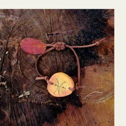 Käsityönä valmistettu oranssi kataja puuranneke 001